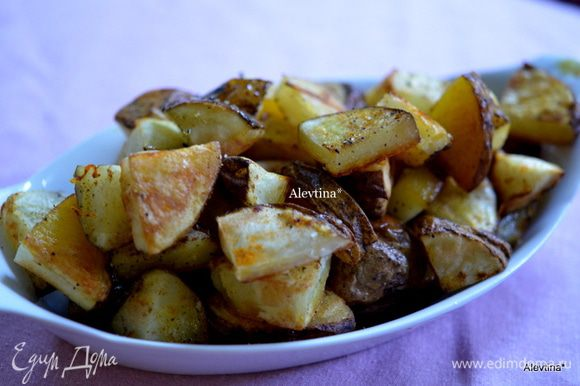 Горячий готовый картофель подаем к столу. Приятного аппетита.