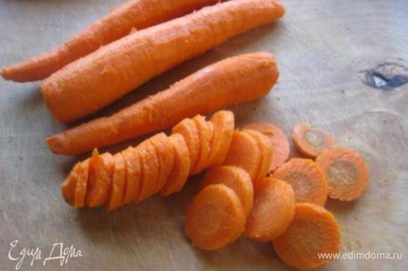 Морковь вымыть, очистить и нарезать соломкой. Сельдерей тоже нарезать соломкой (я не клала, пишу для тех, кто сельдерей любит)