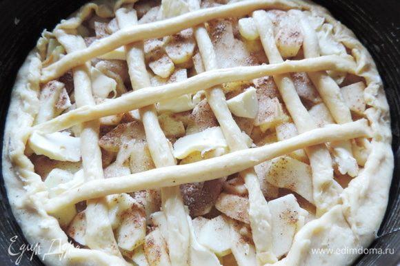 Из оставшегося теста раскатываем жгутики и выкладываем решеткой на начинку.