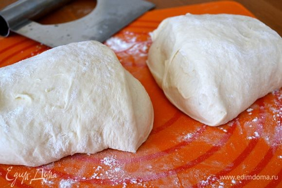 Разделить тесто на 2 части.
