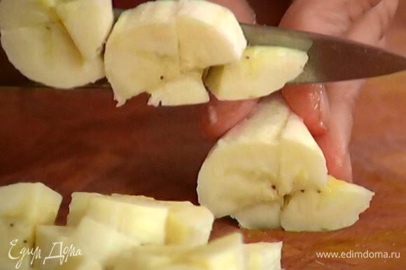 Нектарины и очищенные бананы нарезать небольшими кусочками.