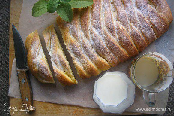 Готовый пирог украсить сахарной пудрой и подавать...с молоком, чаем или кофе....)