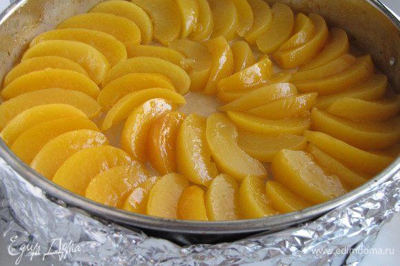 На следующий выложить на торт нарезанные персики.
