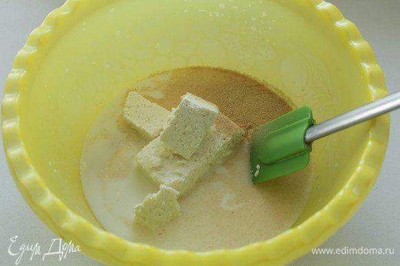В теплое молоко с водой добавить сахар. дрожжи, творог.
