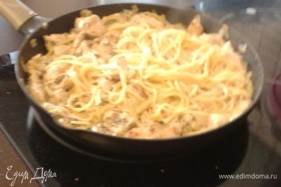 Далее перемешиваем пасту с соусом, через пару минут выключаем печь и раскладываем спагетти по тарелочкам.