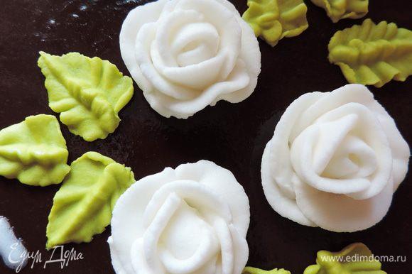 Как вы уже знаете, нам осталось только украсить торт надписью. Но в моем варианте он был подарочным и особо праздничным Пришлось отступить от оригинала. Я заранее сделала из айсинга розочки и листочки. Чтоб они не потекли на желе, я снизу их смазала тонким слоем растопленного белого шоколада.