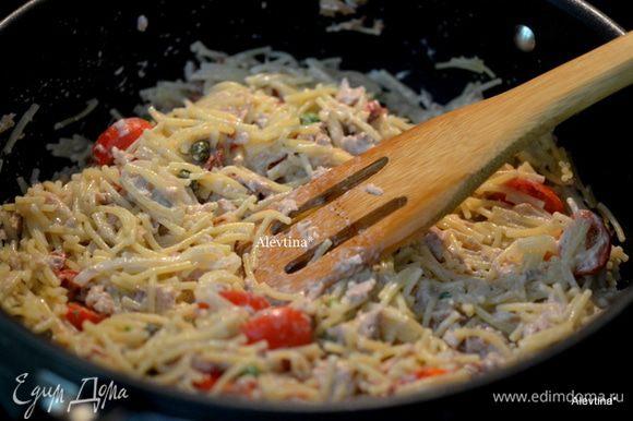 Добавим тунец, зеленый горошек, 1/2 стакана черри томаты порезанные напополам, приготовленную пасту и перемешаем, каперсы.