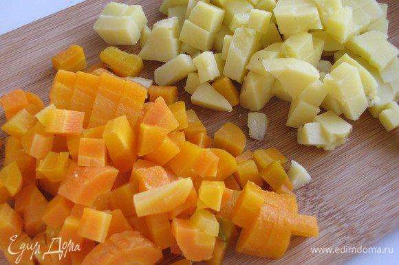 Морковь и картофель нарезать мелким кубиком.