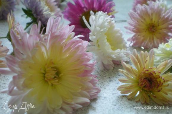 Начну пожалуй с украшения. Прежде всего цветы нужно помыть.