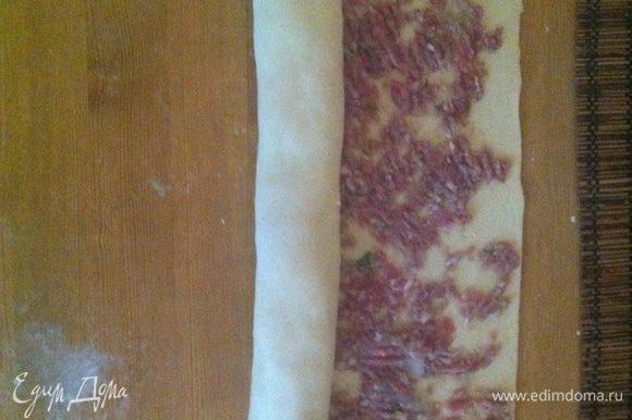 Выкладываем на тесто мясной фарш.