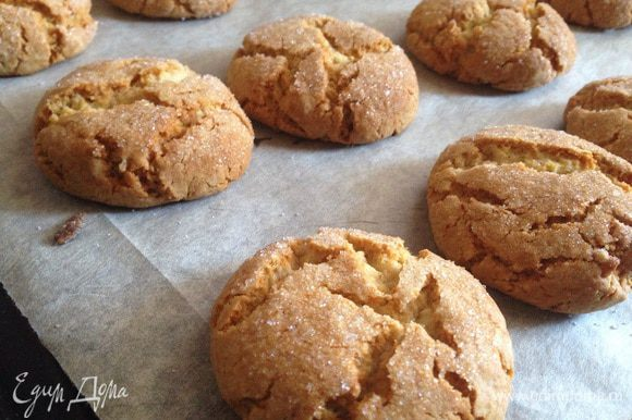 Готовое печенье не трогать до полного остывания, оно будит мягким и хрупким. А вот когда остынет, то станет плоским и хрустящим!