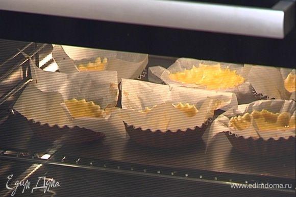 Отправить формы с тестом в разогретую духовку на 5–7 минут.