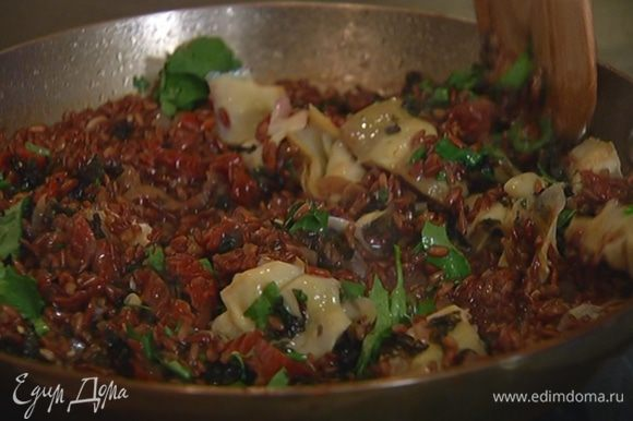 Шнитт-лук и кинзу мелко порубить и посыпать готовый рис.
