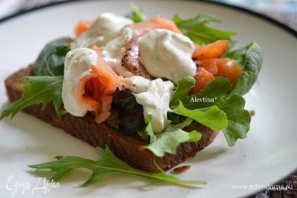 Выкладываем лосось и соус айоли. Сверху посыпаем черным перцем. Если любите закрытый сэндвич, то закрываем второй половинкой хлеба. Приятного аппетита.