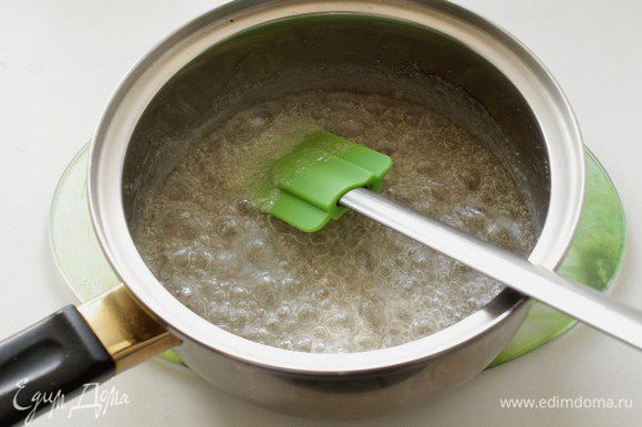 Для начала приготовим карамельный сироп. В кастрюлю нальем воды, положим сахар и поставим на средний огонь, не мешая, пока сахар не начнет темнеть.(что-то он долго у меня не темнел)