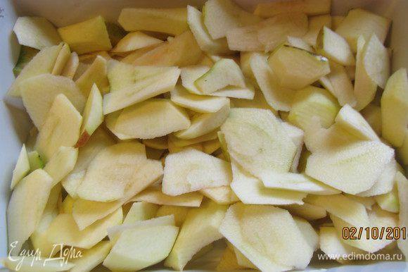 Яблоки чистим, режем тонкими дольками, взбрызгиваем лимонным соком и выкладываем в смазанную маслом форму для запекания.