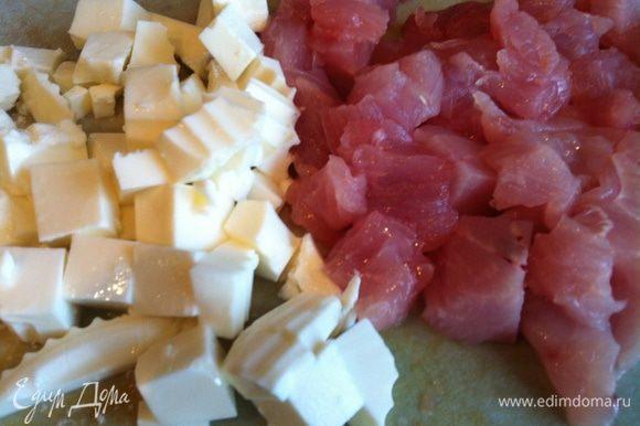 Индейку и сыр порежьте квадратиками.
