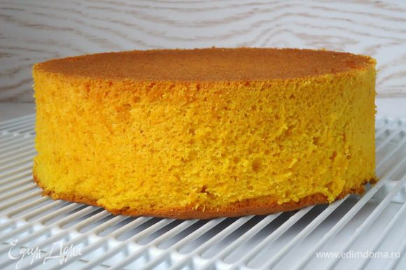 Готовому бисквиту дать остыть в форме, перевернув на решетку дном вверх, затем снять её и удалить бумагу со дна бисквита. Дать бисквиту вылежаться несколько часов, а лучше всего приготовить его за день до сборки торта.