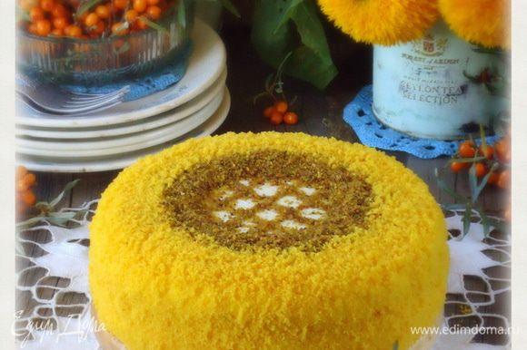 Убрать торт в холод на несколько часов для пропитки.