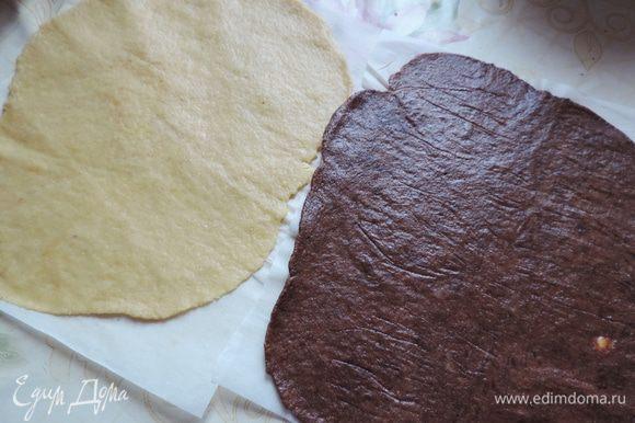 Теперь белое и шоколадное тесто нам надо раскатать в два одинаковых прямоугольных пласта. Я рекомендую раскатывать на бумаге для выпечки, накрыв тесто вторым листом бумаги. Так у вас ничего не прилипнет и не запачкается.