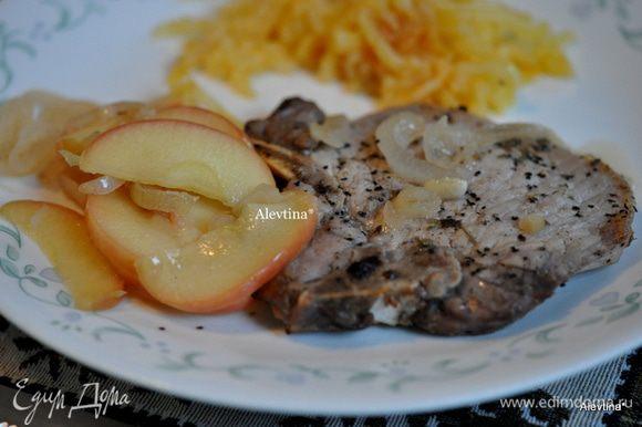 Подаем к столу свиные отбивные с яблочным соусом. Приятного аппетита.