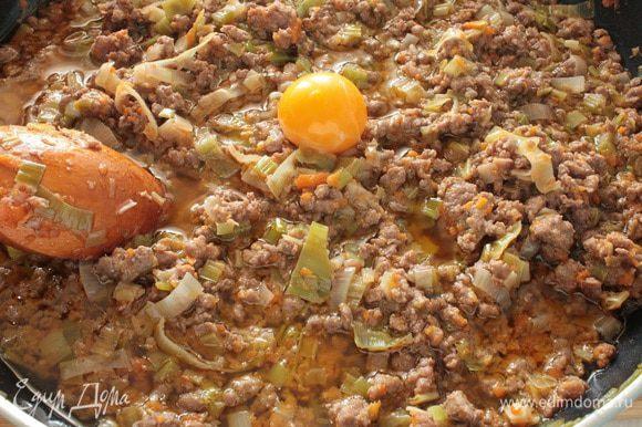 Добавить сметану,бульон(я вместо бульона добавила кипяченую воду),перемешать,посолить и поперчить по вкусу и готовить еще 3-4 минуты,выключить огонь,дать немного остыть и добавить маленькое яйцо,перемешать.