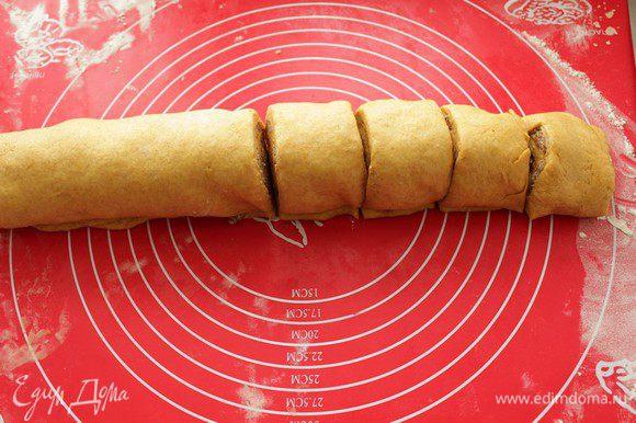 Скатать рулет и нарезать на порционные булочки.