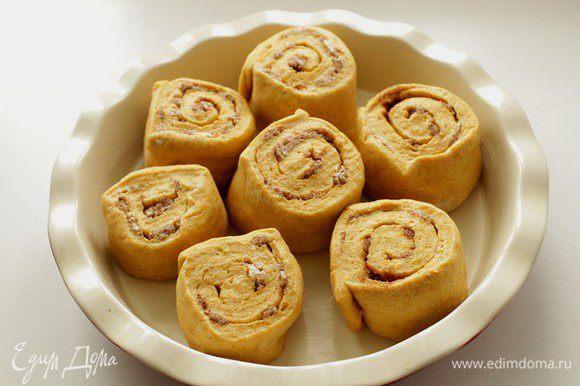 Накрыть промасленной пленкой и дать булочкам увеличиться в размере в 2 раза (около 45 минут).