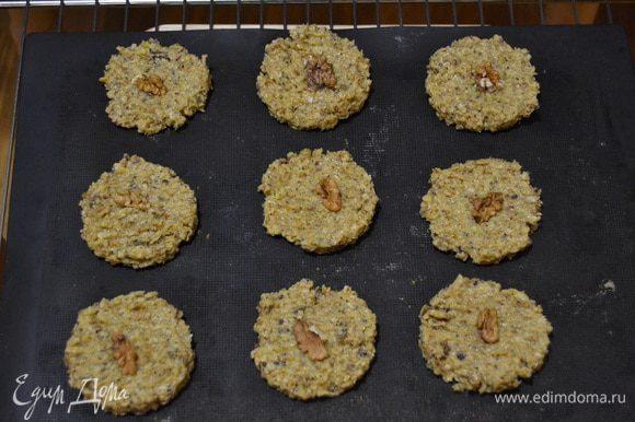 Формируем печенье и выпекаем в духовке на 180 градусов.
