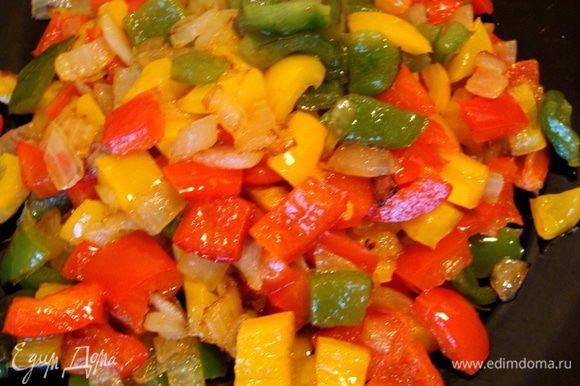 Добавить порезанный кубиками перец, жарить до золотистой корочки, но так. чтобы остался хруст. Выложить на тарелку.