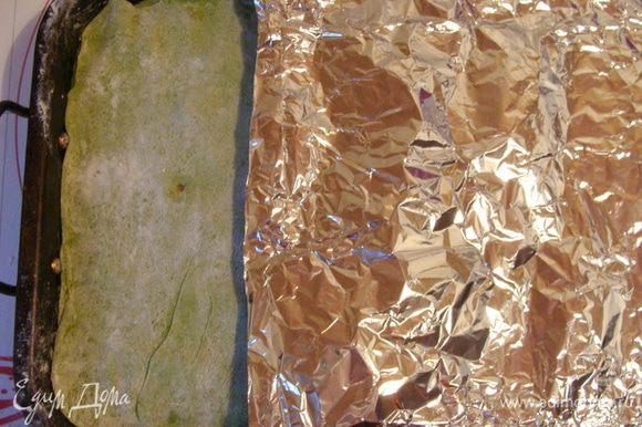 Накрыть последним слоем теста, сверху все покрыть фольгой и поставить запекаться в духовку на 30 минут при 160*