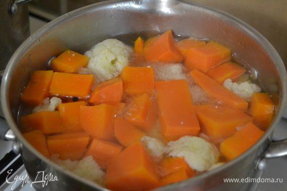 Беру цветную капусту, разбираю на соцветия. Тыкву режу на кусочки. Овощи ложу в кипящий бульйон и варю 30 минут.