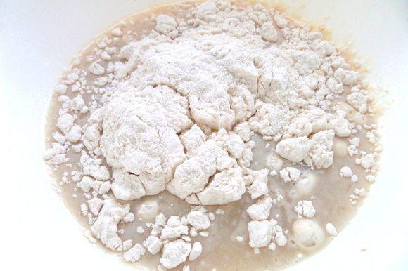 Разводим дрожжи (если сухие,то 7 г) в тёплой сыворотке или воде,немного муки пока добавим.