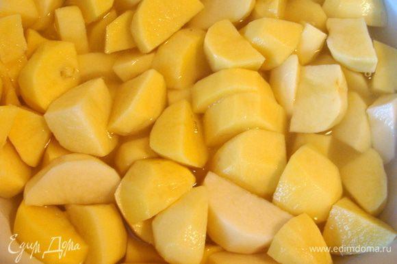 Если суп будет с картофелем, как в этом случае, то сначала его нужно проварить в бульоне почти до готовности, потом уже добавить лечо и в конце мясо. В этом случае количество бульона нужно увеличить.