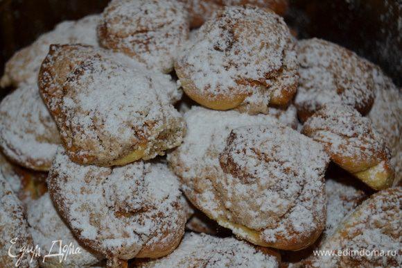 Когда печенье испеклось, присыпаю его сахарной пудрой.