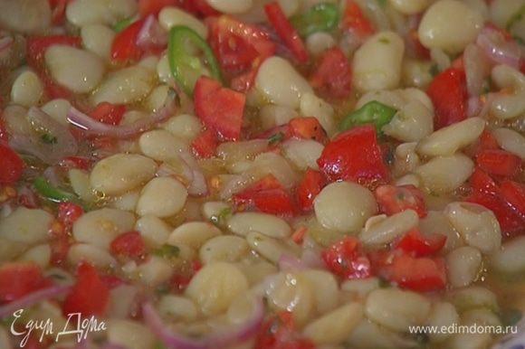 К готовой фасоли добавить помидоры с чили и луком, все перемешать и выложить на блюдо.
