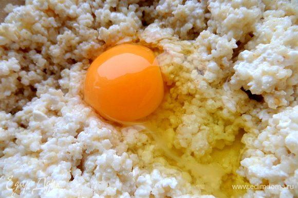 Соединяем с яйцом,можно с двумя. Если нет творога,варим густую молочную кашу и также с яйцом перемешиваем. Сахар по желанию,я добавила.