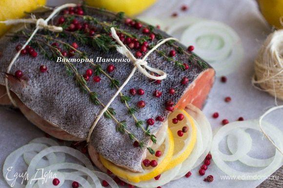 Лук и лимон нарезать тонкими колечками, рыбу снаружи и изнутри натереть солью. Выложить колечки лука и лимона внутри рыбы, перевязать шпагатом, посыпать перцем и тимьяном.