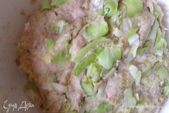 Добавить в тесто капусту, оно станет мягким. Накрыть полотенцем и оставить на 40 минут.
