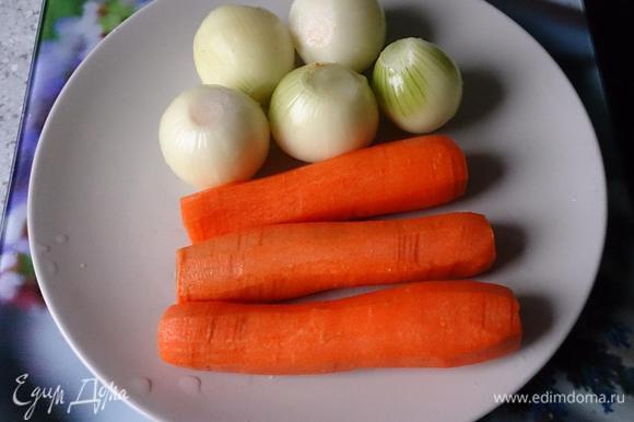 Лук мелко порезать, морковь натереть. На растительном масле обжарить немного половину лука, затем добавить половину моркови.