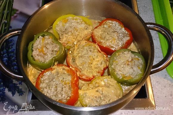 Тушить на среднем огне под крышкой 45 минут. Подавать, посыпав укропом, и с соусом, в котором готовились перцы.