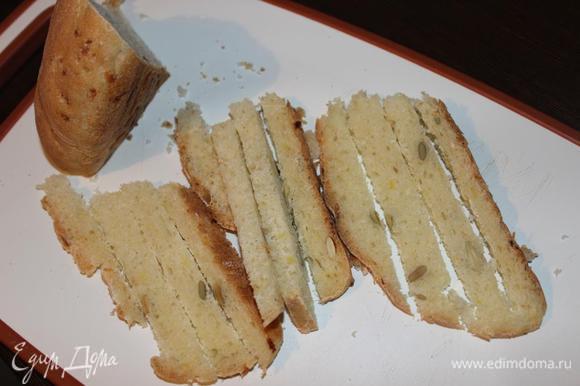 Нарезаем хлеб длинными ломтиками, а можно и кубиками, как у меня в фотоотчете (готовила суп уже дважды), и поджариваем их на сковороде. Я просто подсушила без масла. Кстати, хлебушек картофельный с тыквенными семечками от Ярославы http://www.edimdoma.ru/retsepty/68573-kartofelnyy-hleb-s-tykvennymi-semechkami. Очень рекомендую!! Обалденный хлеб!