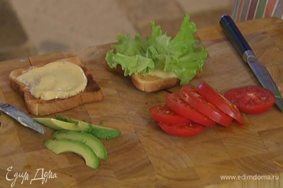 Обжаренные тосты смазать сливочным маслом и майонезом, выложить на каждый тост салатный лист.