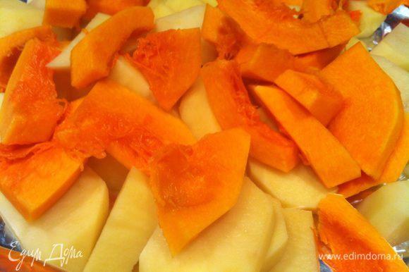 Духовку разогрейте до 170 градусов. Почистите картофель и тыкву. У тыквы удалите семена. Порежьте крупными ломтиками. Приправьте тимьяном, орегано, посолите, добавьте оливковое масло и перемешайте.