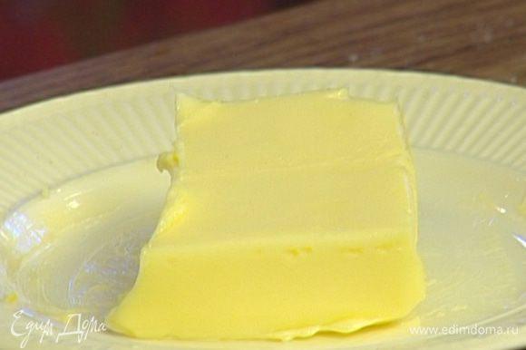 Сливочное масло растопить в небольшой кастрюле.