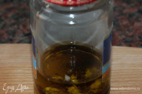 сначала приготовим заправку: соевый соус, оливковое масло, уксус, апельсиновый сок, чеснок рубленый, мед и молотый перец отправляем в баночку