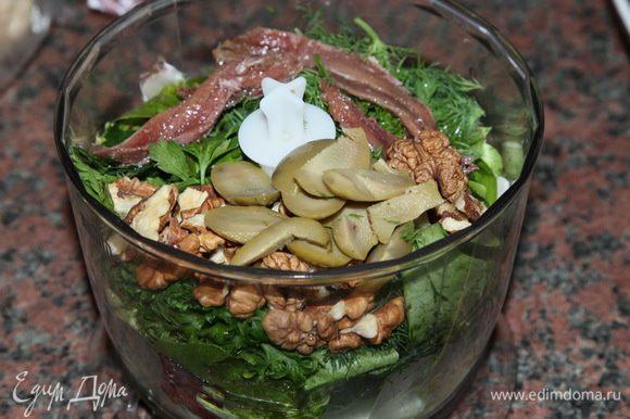 для соуса листья салата, оливки, орехи, 2 столовые ложки оливкового масла, 4 анчоуса и половину пучка петрушки отправляем в блендер