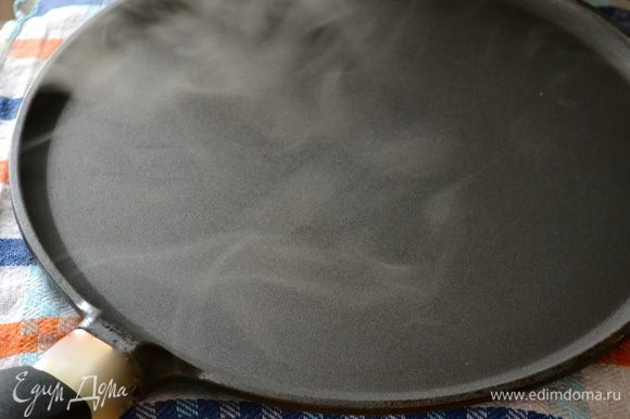 Теперь берем мокрое кухонное полотенце (намочить холодной водой!), складываем его в 2-3 слоя. Кладем на разделочную доску, ставим рядом с плитой. Берем сковороду с антипригарным покрытием. Раскалить сковороду, затем уменьшить огонь до среднего и поставить сковородку на 1-2 секунды на мокрое полотенце (можно использовать мраморную подставку).
