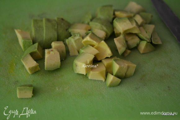 Авокадо очистить и порезать кубиками.