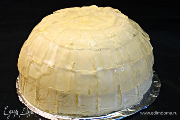 Торт готов. Его можно украсить засахаренной розой или засахаренными лепестками роз.